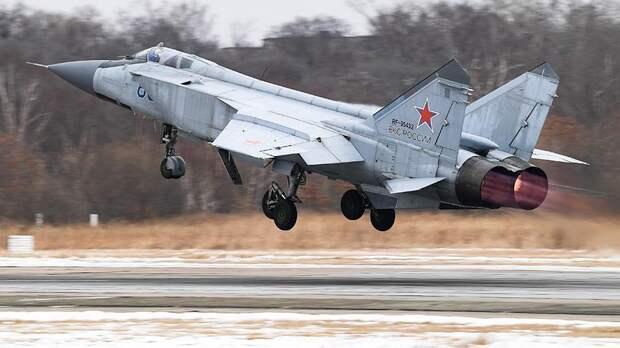 Истребитель-перехватчик МиГ-31БМ во время учебно-тренировочных полетов