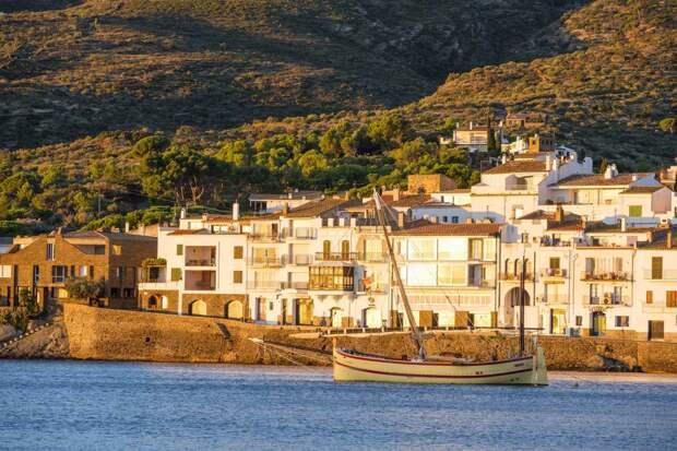 Испания возобновляет выдачу виз российским туристам