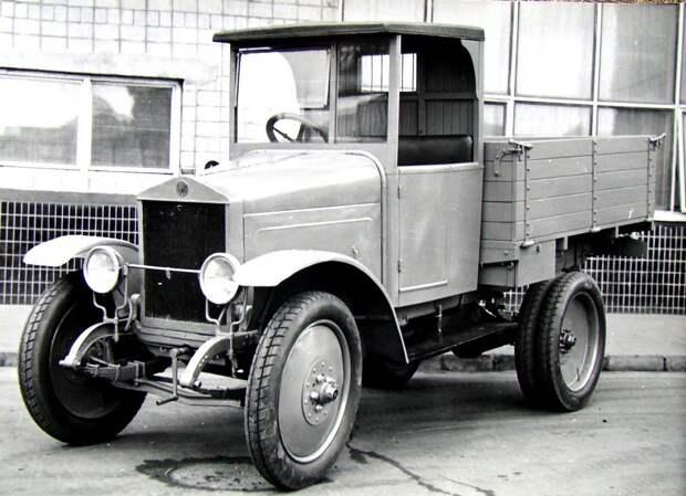 Поздний вариант автомобиля АМО-Ф-15 с жестким верхом кабины. 1928 год