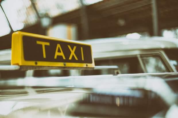 В Ижевске таксист выпрыгнул из своей машины, спасаясь от пассажира с ножом