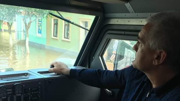 Аксенов осмотрел последствия подтопления в Керчи на бронеавтомобиле