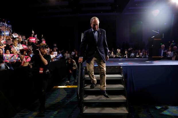 Миллиардер Блумберг приостановил участие в избирательной кампании в США