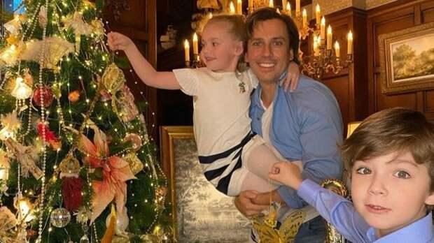 """""""Сочельник - праздник дорогой"""": Максим Галкин показал рождественское поздравление Гарри и Лизы"""