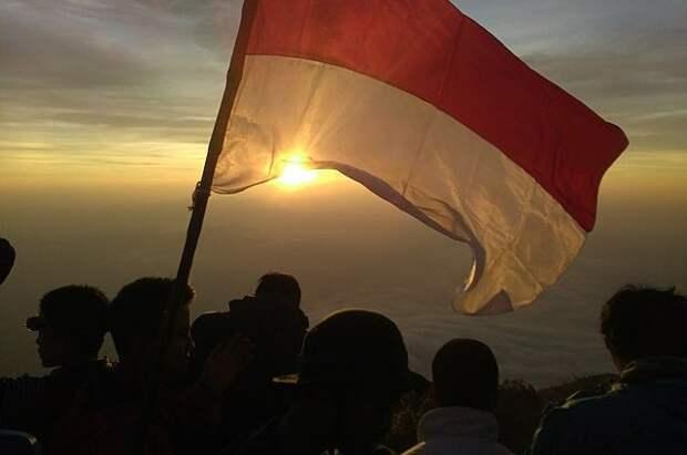 У берегов Индонезии загорелся паром с десятками пассажиров на борту