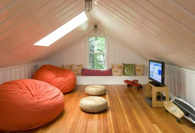 Чтобы превратить чердак в лаунж-зону, присмотритесь к объемной мягкой мебели / Фото: na-dache.pro