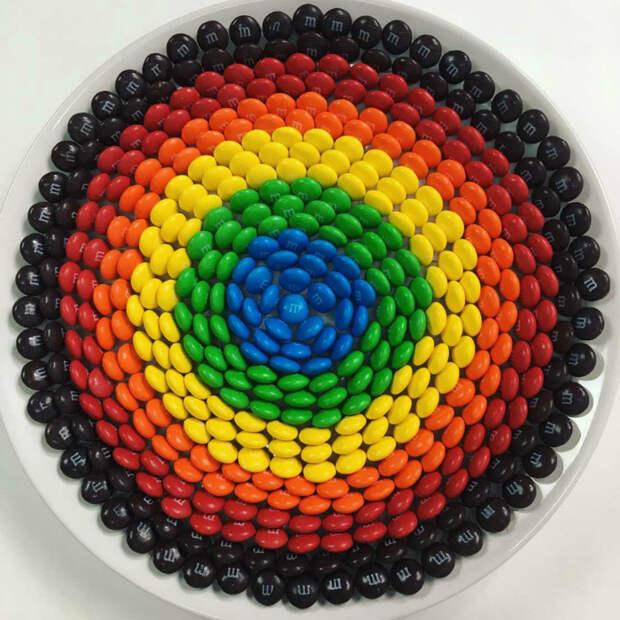 Произведение искусства из сладеньких цветных драже. | Фото: Pinterest.