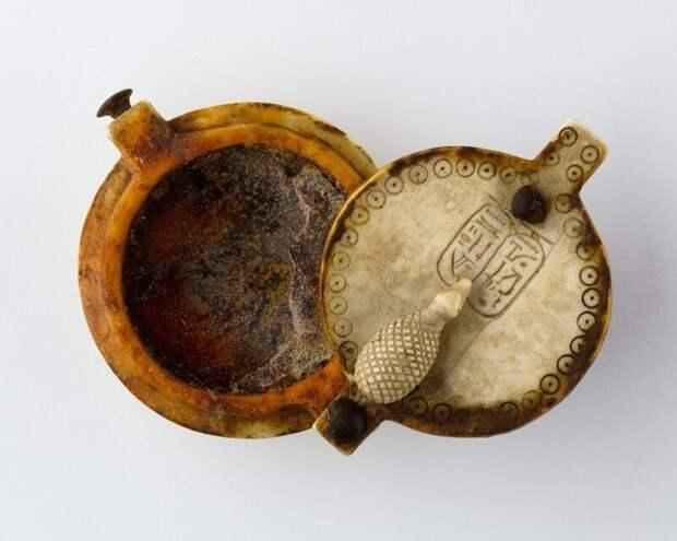 Коробочка для благовонных притираний из черного дерева и слоновой кости, принадлежавшая царице Египта Нефертити (1295 - 1186 г. до н.э.)