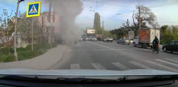 В Крыму на дороге загорелась машина