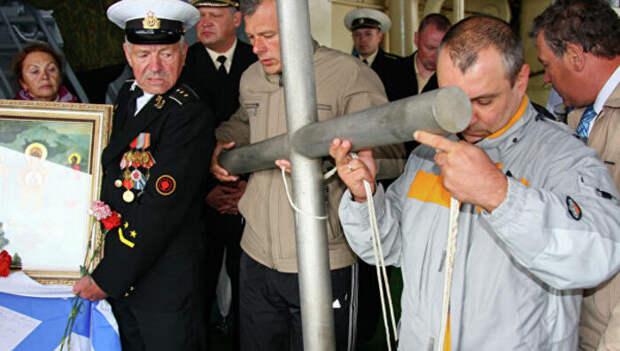 Памятный крест перед погружением на месте гибели подводной лодки «Курск»