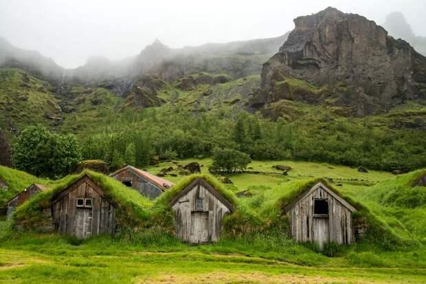 Не самый популярный ныне материал для строительства в Исландии использовали повсеместно. /Фото: matadornetwork.com
