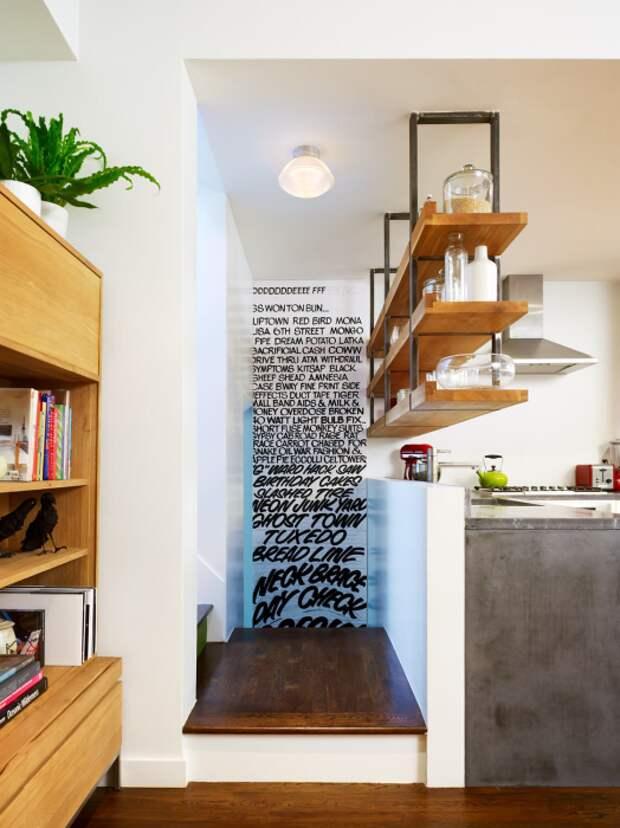 Подвесные полки в крошечной кухне станут не только украшением, но и функциональным предметом интерьера. | Фото: happymodern.ru.
