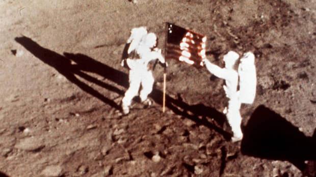 На первых фотографиях с Луны за полстолетия конспирологи нашли множество подтверждений своей теории