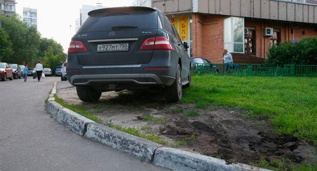 Водителей начали чаще штрафовать за парковку авто на газоне