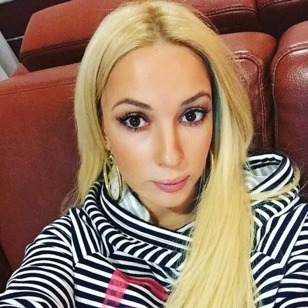 Лера Кудрявцева прилетела к сраженной инсультом матери в Крым