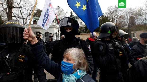 Сторонники и противники России устроили потасовку у посольства РФ в Праге