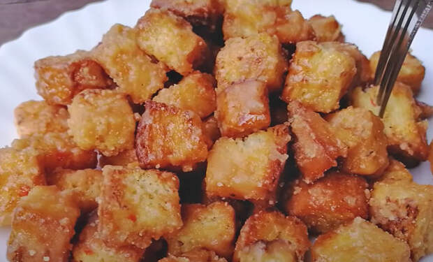 Десерт из обычного хлеба: режем на сухарики и жарим в сахаре с молоком
