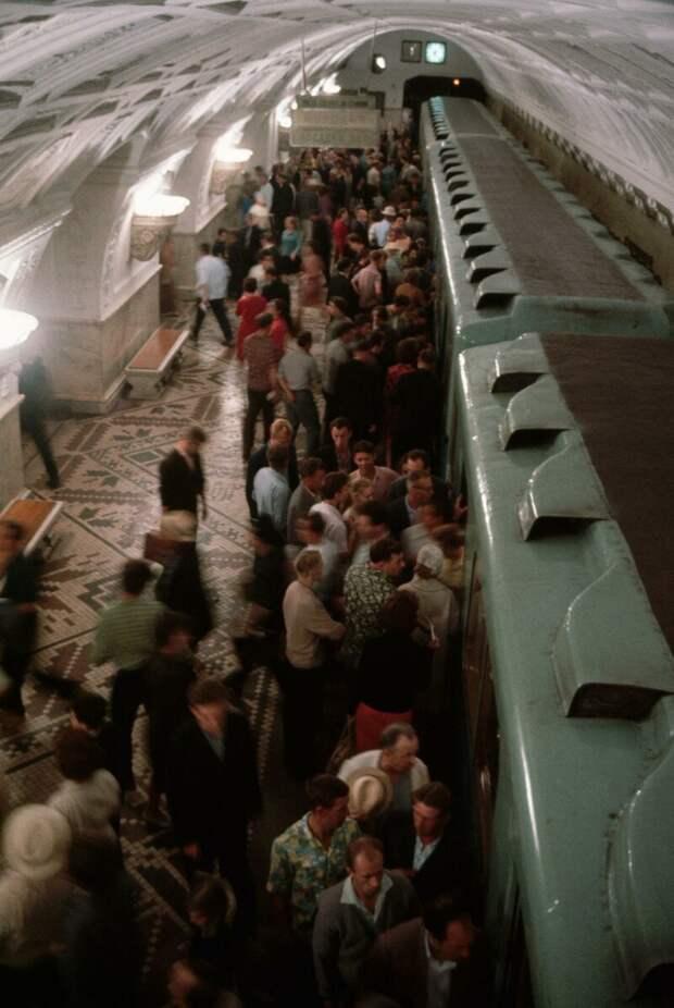 Метрополитен. Посадка в поезд. дин конгер, фото, фотограф