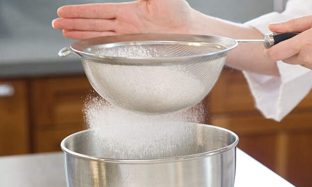 Пропускаем муку в тесто через сито: выпечка сразу становится воздушнее и нежнее