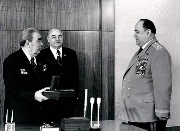 Вручение Маршальской звезды генералу Цвигуну. /Фото: историк.рф