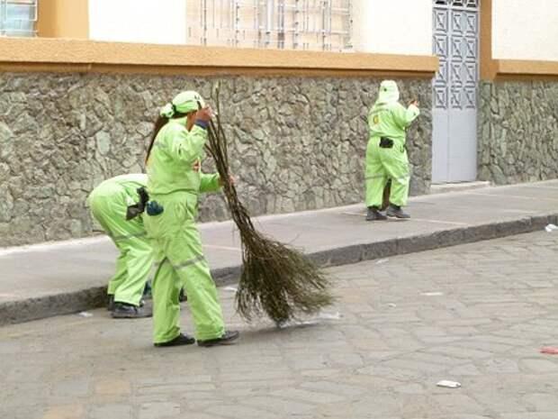 На Лобненской очистили дорожки от мусора и листьев
