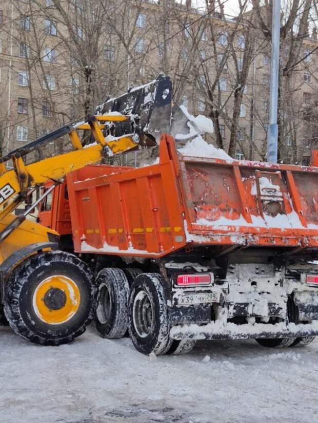 Двор на Космонавта Волкова расчистили от снега — управа