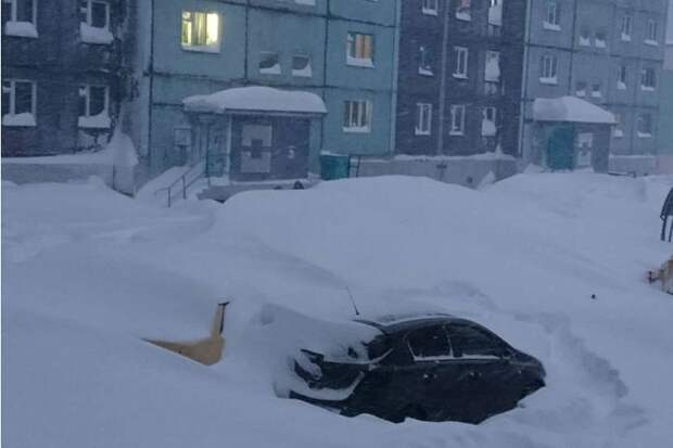 Говорят, так завалило, что техника не справляется. Фото: Новости Норильска, соцсети.