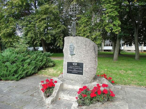 Памятник палачу Юозасу Крикштапонису. г. Укмерге, Литва