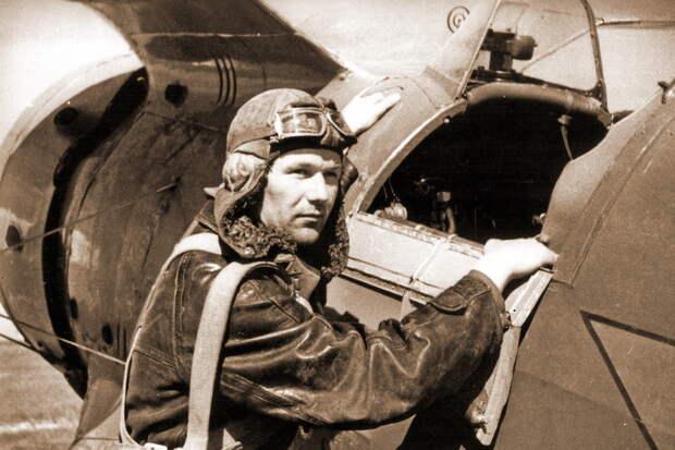 Командир эскадрильи 148-го ИАП капитан Я.Е. Титаев готовится занять место в кабине И-153. Рига, июнь 1941 года - «Сталинские соколы», которые никуда не улетали   Warspot.ru