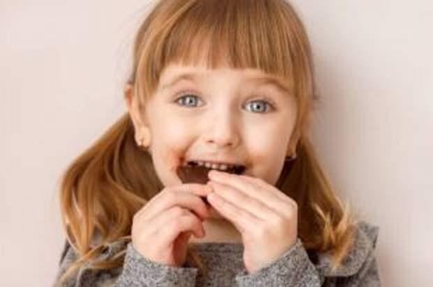 Шоколад — это не самое страшное. Какие сладости нельзя давать детям