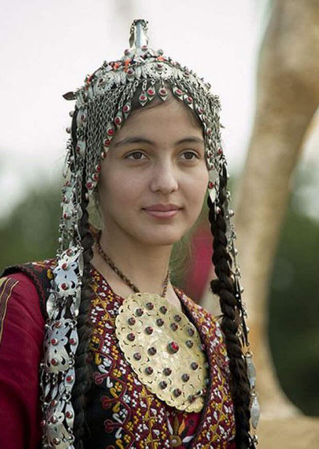 Туркменская девушка в традиционном наряде с ювелирными украшениями. /Фото:livemaster.ru