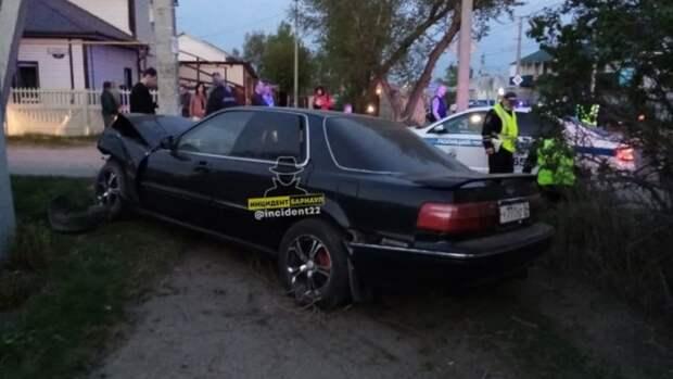 Пьяный водитель въехал в столб при попытке сбежать от полиции в Барнауле