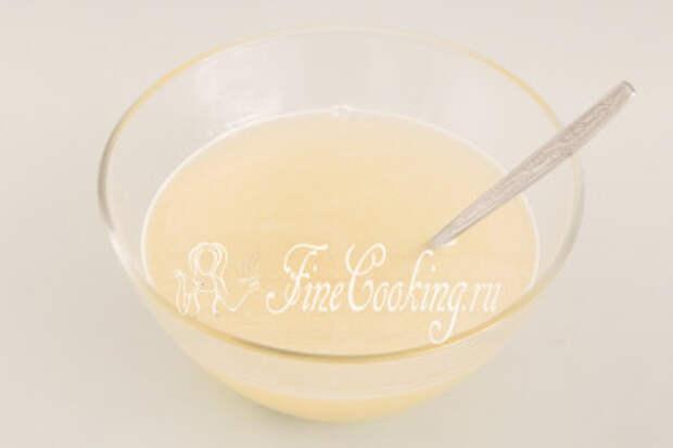 Воду нагреваем (можете наливать из чайника), растворяем в ней сахар, добавляем сок лимона и все хорошо перемешиваем до растворения сладких кристалликов