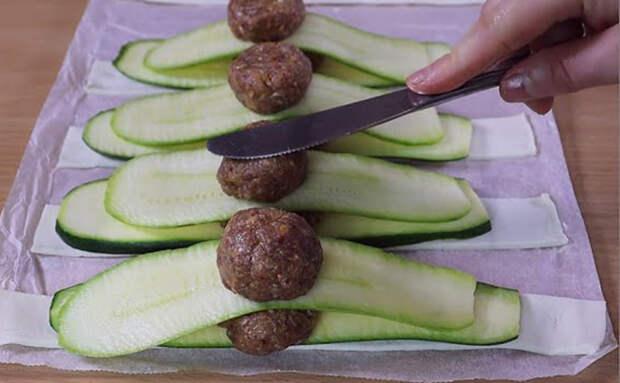Превращаем кабачки в основу мясного пирога. Достаточно их соединить с фаршем и теста почти не нужно