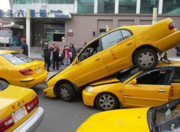 Потасовка желтых такси. | Фото: Пикабу.