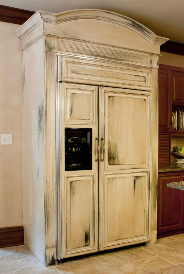 Холодильник, стилизованный под платяной шкаф.