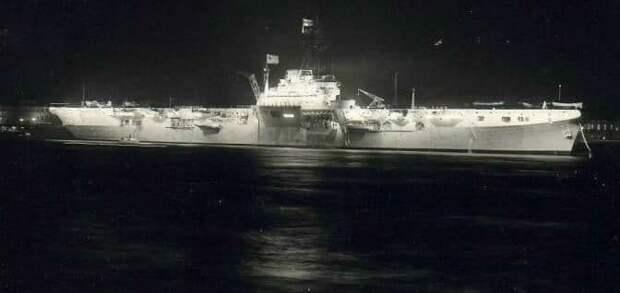 """В. Печатин «Спасение британского авианосца """"Триумф"""" в 1955 году на акватории Невы» (1998)"""