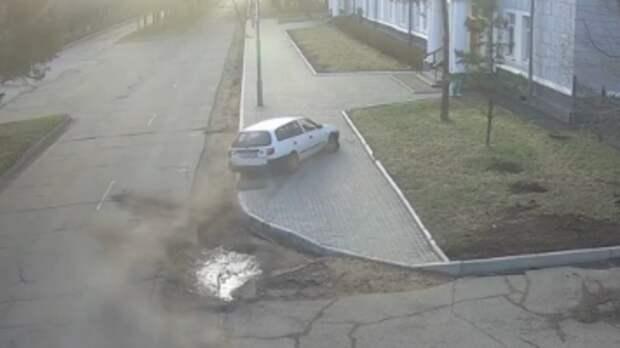 Авто на скорости въехало в здание администрации Комсомольска-на-Амуре