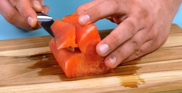 нож режет арбуз