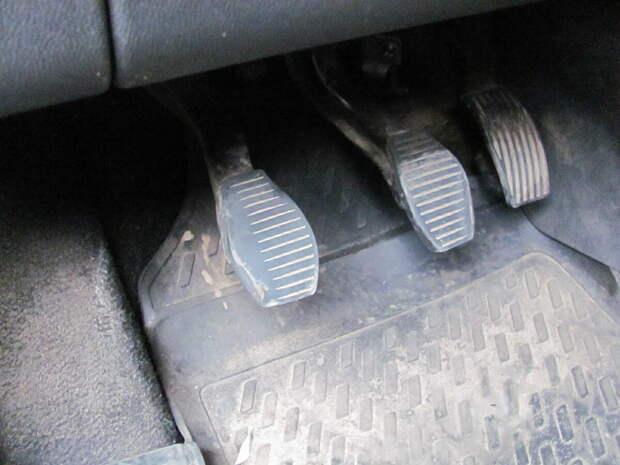 Выжимаем педаль сцепления и двигатель глохнет: разбираемся в причинах