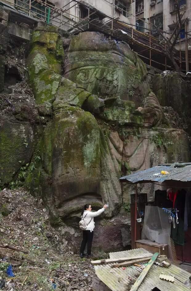 Под многоэтажкой вКитае обнаружили огромную статую Будды без головы