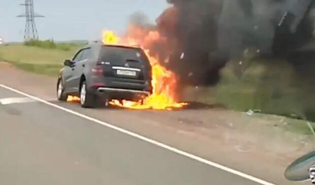 На трассе в Оренбуржье сгорел внедорожник Mercedes