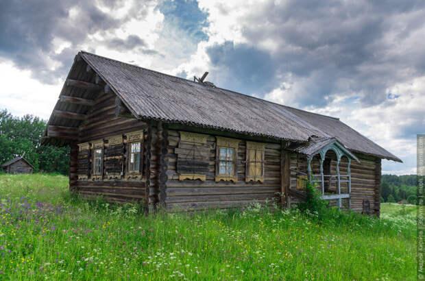 А ведь когда-то был одним из самых красивых домов в деревне!