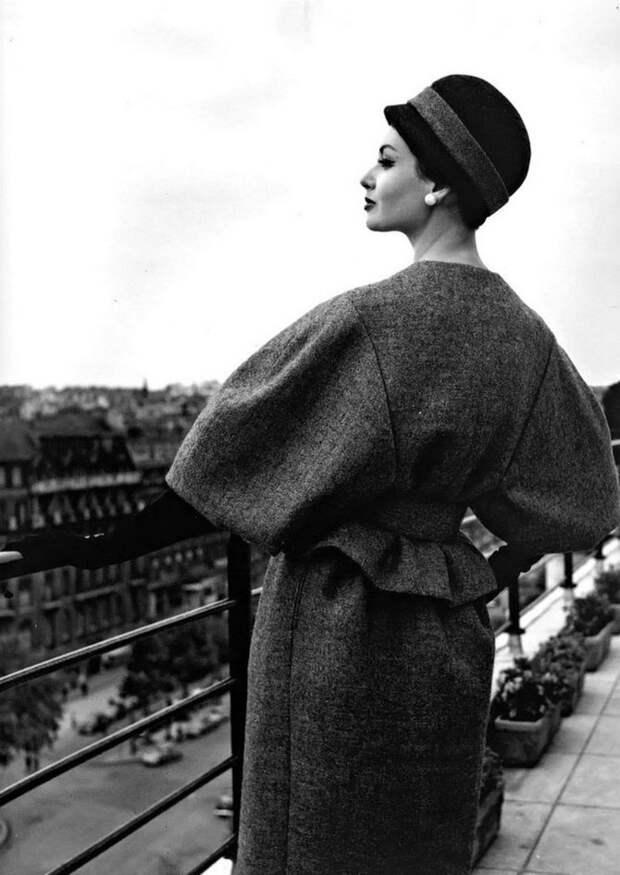 Классическая элегантность Dior: изысканные модели 1940-1960-х годов на улицах Парижа