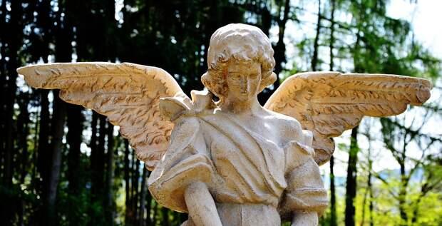 Житель Санкт-Петербурга оказался серийным разрушителем ангелов на кладбище