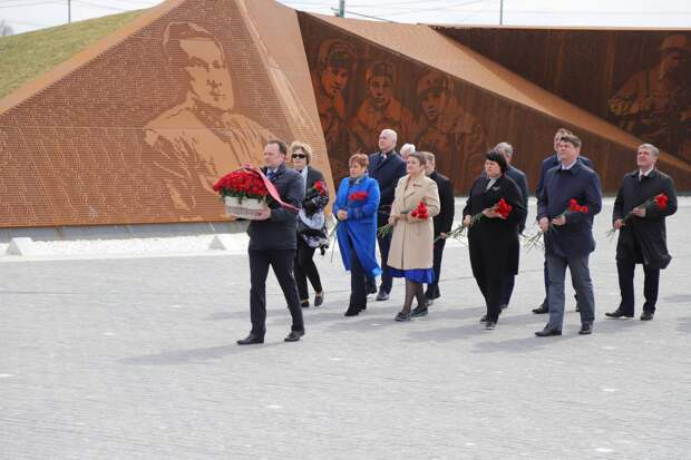 Парламентарии Беларуси и России возложили цветы к монументу Советскому солдату под Ржевом