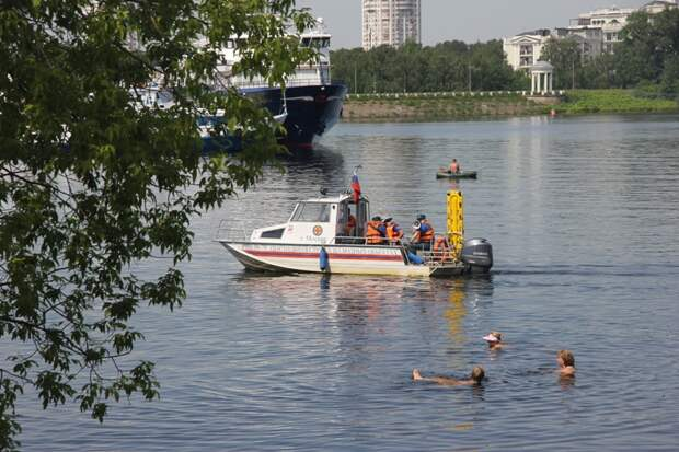 Специалисты поисково-спасательной станции «Левобережная» вытащили из воды двоих мужчин