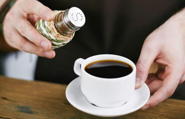 Зачем некоторые насыпают соль в кофе: лайфхак для гурманов