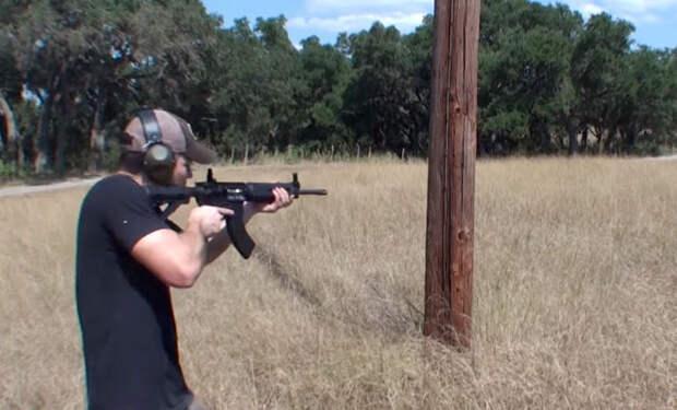 Мужчина проверил, можно ли повалить телеграфный столб винтовкой: видео