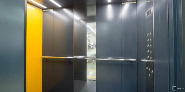 В подъезде дома на Коровинском шоссе отремонтировали лифт