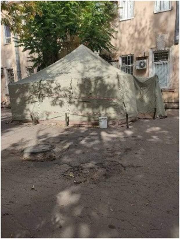 В Донецке возле Калининского морга поставили палатку с холодильником для трупов